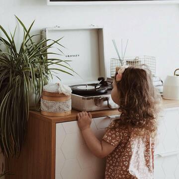 Вспомните эмоции, связанные с покупкой мебели — это всегда соприкосновение с чем-то новым. Новая квартира, новый ремонт, новый этап в жизни. С нашей мебелью эти эмоции от обновления не угасают с годами: очень здорово получать позитивный фидбек от клиентов, которые обратились к нам давно и по-прежнему не жалеют, что выбрали нас. Мы рады, что стали частью вашей семейной истории.   Если интерьер — это эмоции, то мебель The IDEA — это тихая радость.   На фото: комод из коллекции CASE в деталях, с полной коллекцией вы можете ознакомиться на сайте (ссылка в профиле).   За фото спасибо @my_biscuit_heart
