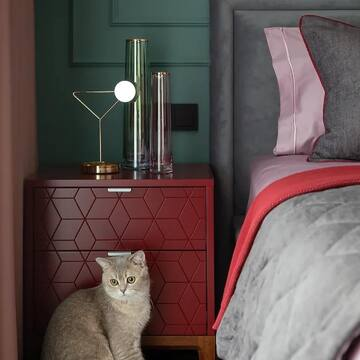 Еще один реализованный проект с нашей мебелью: прикроватные тумбы из коллекции CASE в цвете «Марсала» заняли свое место в квартире жилом комплексе «Зиларт» (Москва).   Автор проекта @au_designer    Слова автора проекта: «Спальня получилась насыщенная и красочная. Зелёный цвет акцентной стены перекликается с зелёными фасадами кухни и смотрится органично, не перегружает глаз».   Весь ассортимент прикроватных тумб вы можете изучить на нашем сайте (ссылка в профиле).    Коллекция CASE — это дизайнерская корпусная мебель с огромной вариативностью: вы выбираете из более 2500 вариантов исполнения, не влияющих на стоимость и срок изготовления.