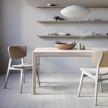 MAVIS - Самый основательный стол the IDEA, который с удобством разместит большую компанию. Он может быть по-настоящему большим - до 220 см в длину, и уверенно выдержит большие нагрузки благодаря массивному основанию из дуба. А лаконичный дизайн, без острых углов и выступов, позволяет этому столу адаптироваться к разным интерьерным решениям. Вам останется только выбрать цвет тонировки дуба и подходящий стул SID😉 Стоимость зависит от габаритов стола. Стоимость стула: 18900₽. Посмотрите другие варианты оформления на нашем сайте, активная ссылка в сторис⤴️