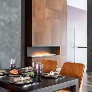 Дизайнеры любят нашу мебель за универсальность — она выигрышно смотрится как в небольших квартирах, так и в просторных загородных домах, как в этом доме в Ленобласти площадью 320 кв.м.   Невероятно стильный проект от @visualist_buro украсили обеденный стол MAVIS и диван CASE.  Фото из @salon_magazine