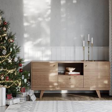 До 2021 года начался обратный отсчёт: время выдохнуть, настроиться на отдых и поддаться чарам домашнего уюта. Сегодня мы прощаемся с осенью и встречаем самое приятное время — декабрь с его предновогодними хлопотами и предвкушением праздника.   Рядом с праздничным декором наша мебель выглядит особенно уютно — зеленые, красные и золотые цвета дополняют сдержанные тона  новой палитры эмалей, а деревянная отделка оживляет даже по-зимнему прохладные интерьеры.   Яркий пример — тумба под ТВ THIMON в тонировке «натуральный дуб». Пишите + в комментариях, если хотите больше новогодних интерьеров с нашей мебелью!