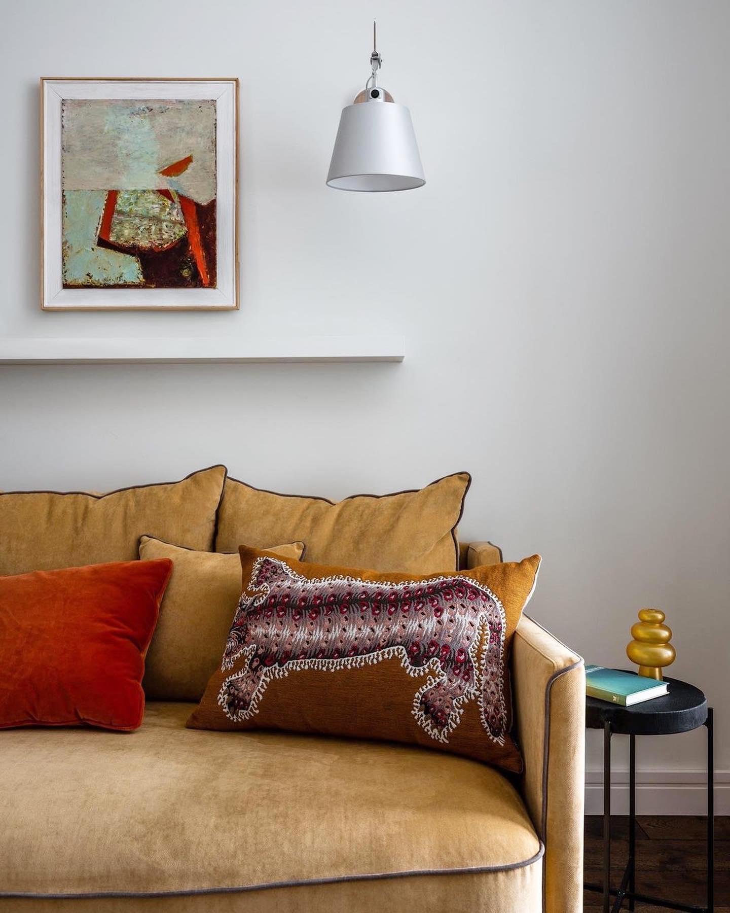 Подборка дизайн-проектов с диванами нашего производства.    Мягкая мебель из нашего каталога выглядит гармонично в разных интерьерах, от хюгге по-московски до нео-классики. Мы выбрали 5 проектов, которые по-разному раскрывают сущность диванов Case и Soho — выбирайте в комментариях вашего фаворита!    Авторы проектов:  1. @planka.buro @rudakova_design  2. @propertylabart  3-4. @catarina_dsn  5. @siempre_interior  6. @hopekamneva  На первых двух фото диван Soho, на остальных диваны из коллекции Case.    С полной коллекций мягкой мебели The IDEA вы можете ознакомиться по ссылке в профиле.