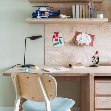 Стул SID украсил детскую комнату в просторной квартире для московской молодой семьи.   SID — это не только про эстетику, но и про комфорт: конструкторы долго выводили формулу исключительно удобной, глубокой и в меру высокой посадки, поддерживающей спину в правильном положении.   Интересный факт: дизайн-проект владельцы разрабатывали сами, а общую концепцию дизайна определили еще в самом начале: минимализм, но не скучный.  Стоимость стула SID: 18 900 рублей  Все варианты цветов отделки и ткани стула вы найдете по ссылке в профиле в разделе «Мягкая мебель».  #theideaвдоме