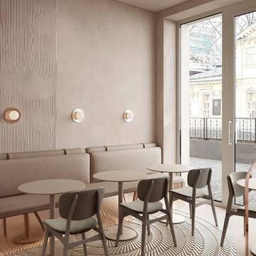 Наша мебель находит свое место не только в квартирах, но и в коммерческих помещениях. И это всегда выглядит восхитительно! Вот пример — концепт московской кофейни со стульями SID.  Слово создателям проекта, команде @ato.team :  «Нам нравится работать с текстурой в очень сближенной цветовой палитре, строить уют и тепло на нюансах, исключать все лишнее. Наше внимание здесь сосредоточено на качестве деталей: над баром мягкая люстра из бахромы, до которой даже на визуализации хочется дотронуться, на барной стойке разводы кремовых оттенков, которые интересно разглядывать, на полу островками разложена мелкая плитка почти в цвет пола, но за ее ритмом интересно наблюдать, немного уютной удобной мебели и умиротворенная атмосфера для чашечки кофе готова».