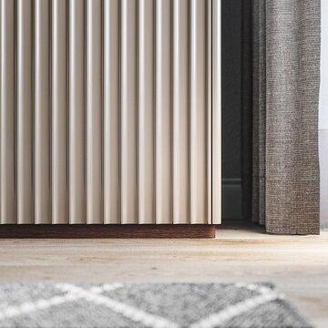 Монументальные дорические колонны вдохновили наших дизайнеров на создание новой коллекции CODE. Ритм, порядок, целостность формы и строгие линии стали основой концепции дизайна.⠀ Изделия на цоколе основательны и функциональны. Дверцы и ящики открываются лёгким нажатием на фасад. Ход ящиков мягкий и бесшумный.⠀ ⠀⠀ Благодаря возможности выбрать цвет эмали и тонировку дуба, вы можете адаптировать модели CODE к своему интерьеру. Они отлично сочетаются друг с другом, что позволяет создать уникальную и удобную систему хранения из нескольких предметов⠀ ⠀ На фото комод VR10. Посмотреть другие модели можно на нашем сайте, ссылка в сторис описании профиля ⤴️