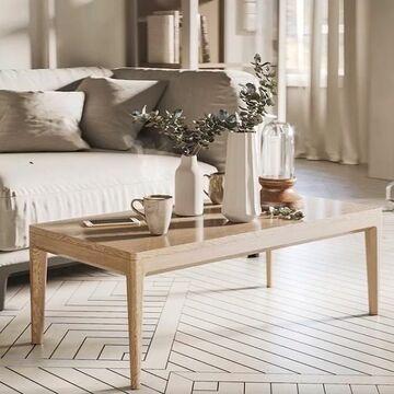 Журнальный стол CASE 3 отлично сочетается с мягкой мебелью и подойдет к разным стилевым решениям. Оригинальная форма ножек, обработанных вручную нашими мастерами,  и столешница с природным рисунком дуба позволяют этому столу стать украшением любого интерьера. Благодаря вместительным габаритам этой модели вы можете пригласить в гости большую компанию друзей и с комфортом разместиться в гостиной за просмотром фильма - на него удобно ставить чашки с чаем и закуски, места точно хватит всем.  Каркас выполнен из массива дуба, а столешница - из натурального шпона дуба с красивой текстурой. Журнальный стол CASE доступен в 4 размерах. Тонировку дуба вы выбираете сами.  Стоимость стола CASE 3: 24900 руб.